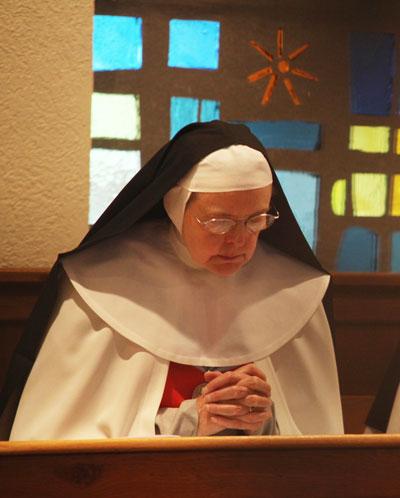 soeur en priere annonciade