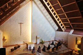 Soeurs en prière à la chapelle