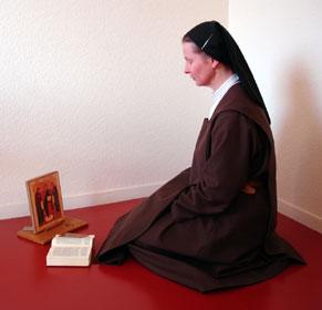 Une soeur priant dans sa cellule