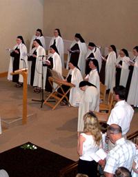 La communauté du Carmel à la chapelle lors de la profession